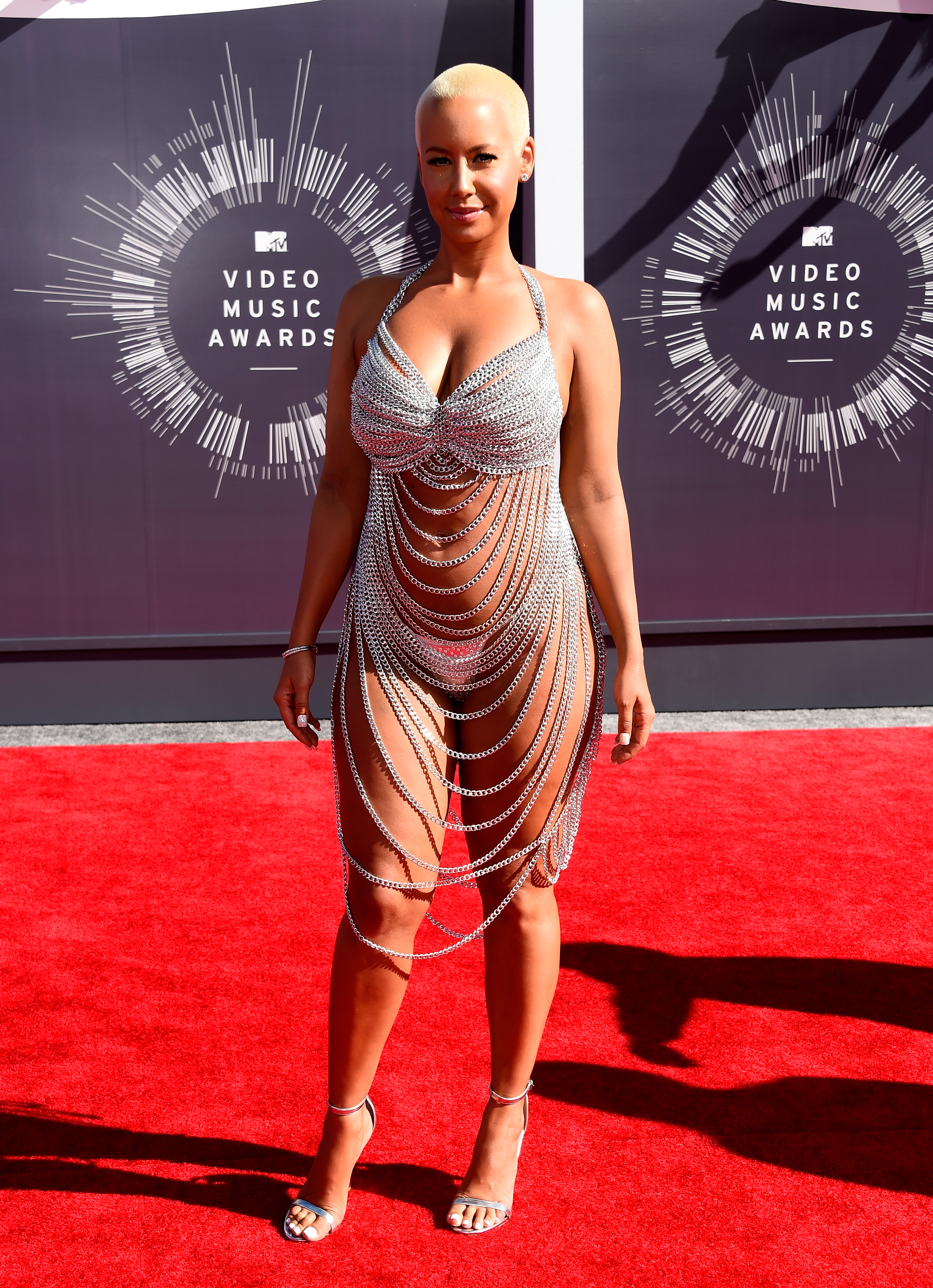 Певицата Амбър Роуз (2014 г.). Дизайнерката на металната рокляLaurel DeWitt е известна с ексцентричните си тоалети. Споделя, че винаги се опитва да създаде нещо уникално, което не може да бъде видяно другаде.