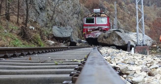 Изтеглиха локомотива от влаковата композиция, която дерайлира в Кресненското дефиле,