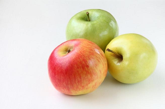 <p><strong>Ябълки</strong></p>  <p>Ябълките са сред най-популярните плодове и освен това са изключително хранителни. Те съдържат голямо количество фибри, витамин С, калий и витамин К, също така осигуряват някои витамини от група В. Проучванията показват, че антиоксидантите в ябълките могат да подпомогнат здравето на сърцето и да намалят риска от диабет тип 2, рак и Алцхаймер.</p>