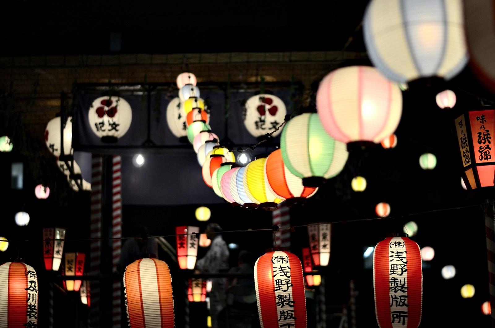 В Япония на 23 ноември всяка година се чества Ден на благодарността за труда. На този ден се отбелязва индустриалния напредък на държавата и един вид се благодари на работниците ѝ. Празникът датира от VII в. и днес се чества с различни фестивали из страната, като най-известен сред тях е Фестивалът на труда в Нагано, честващ природата, труда и човешките права.<br />