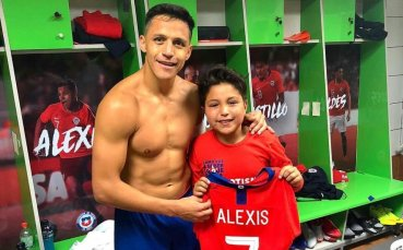 Алексис Санчес зарадва свой малък фен