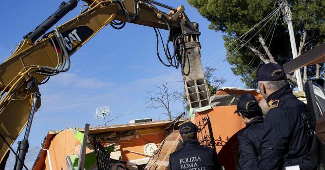 Италианската полиция започна разрушаването на осем вили, построени незаконно в