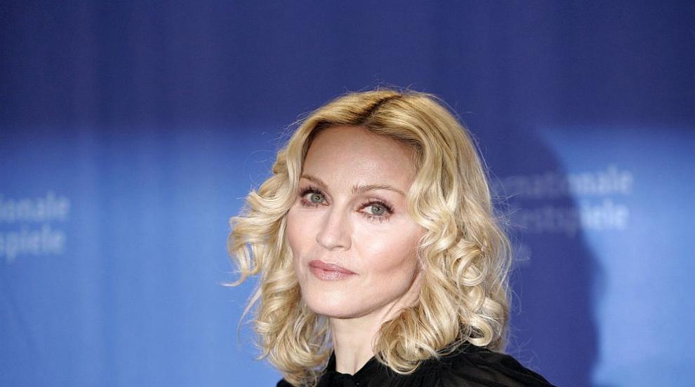 Мадона рекламира новия си албум с голи гърди (СНИМКА)