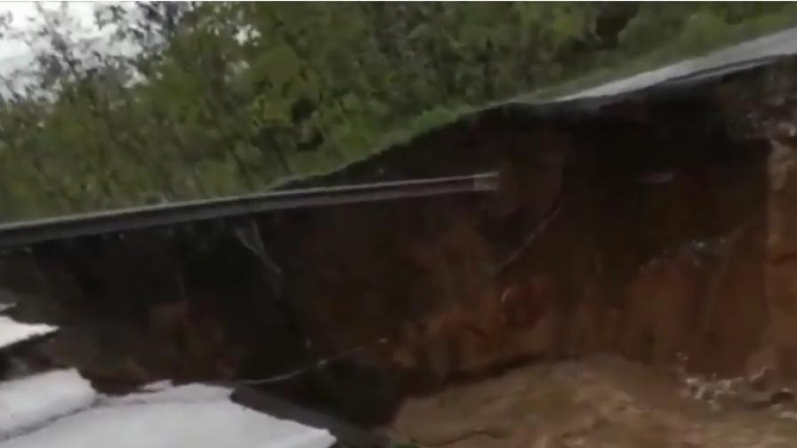 <p>Бедствия в Италия - торнадо, пропадна път</p>