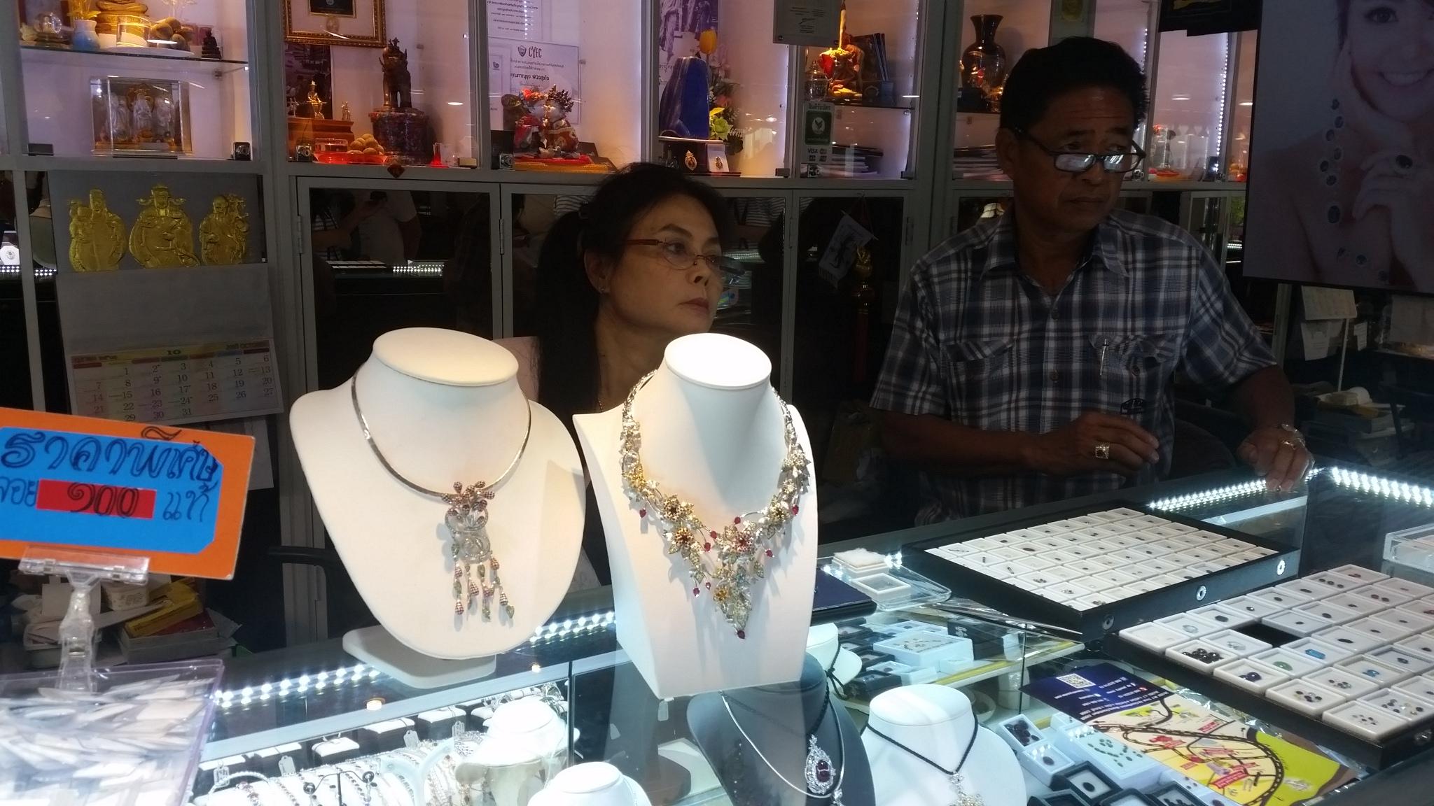 Някога Тайланд е бил страната на рубините, докато сега има само остатъци, но в обработката, производството на бижута с червения камък и дизайна им кралството си остава номер 1. В област Чантабури, разположена до границата с Камбоджа, се намира и един от най-старите и известни пазари на скъпоценни камъни в света. 80% от скъпоценните камъни в цял свят се пращат на майсторите в Чантабури за обработка, разказват от едно от ателиетата и магазин KP Jewelry Center.