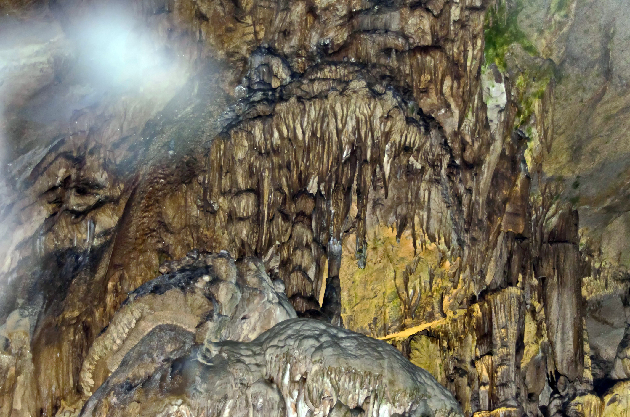 Езерото в пещерата Леденика.<br /> В пещерата се намира Езерото на желанията, което е малко по размер, но с голяма слава. Хората вярват, че когато някой иска нещо много силно, трябва непременно да посети това езеро, защото водата му е вълшебна. Вярва се, че благодарение на силата си осъществява най-горещите ни молби и ни избавя от тежки болежки.
