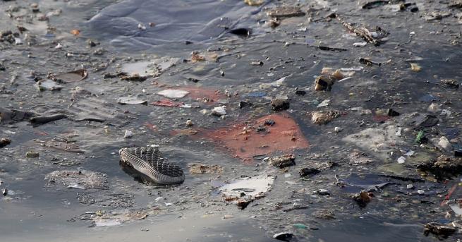 Индонезийски следователи се срещнаха със семейства на жертвите на самолетната