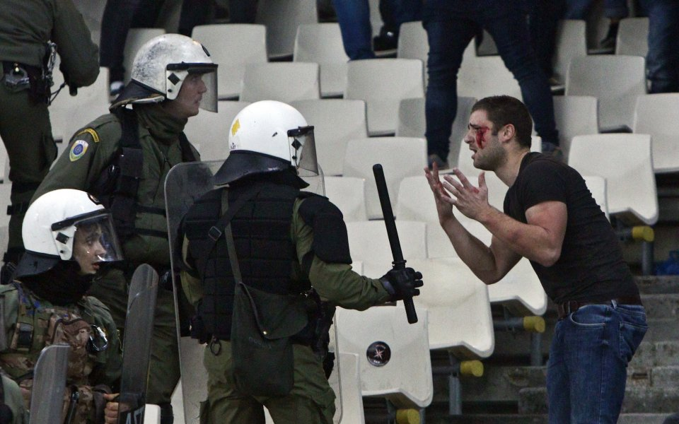Шестима фенове на Аякс и трима полицаи в болница след ексцесиите в Атина