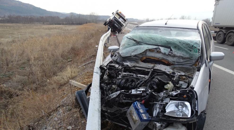"""Лек автомобил и кола на """"Пътна помощ"""" се удариха на """"Струма"""""""