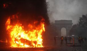 <p>Ожесточени размирици и палеж с падането на нощта в Париж</p>
