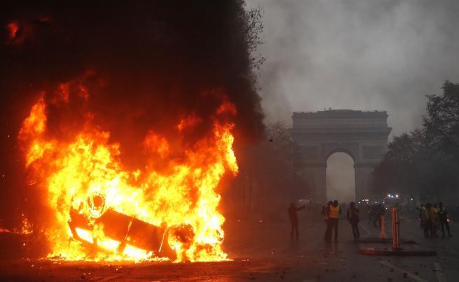 Сълзотворен газ, ранени и арестувани в центъра на Париж