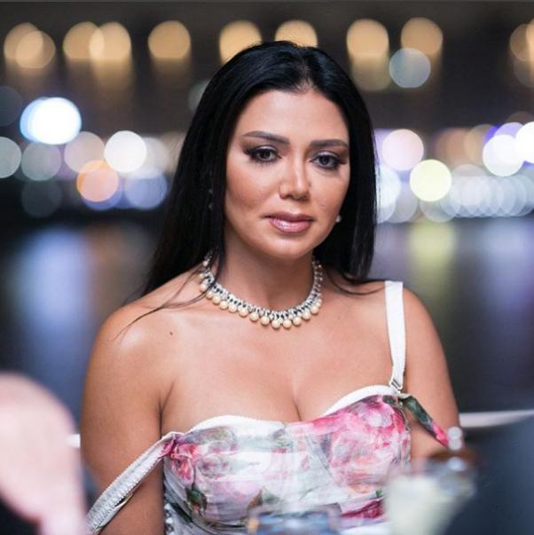 Рания Юсеф се появила на Филмовия фестивал в Кайро, облечена в черна дантелена рокля, която разкривала твърде голяма част от краката ѝ. Секси тоалетът на 44-годишната звезда предизвика остри критики в страната, въпреки че имаше и хора, които заявиха, че тя е свободна да носи, каквото си поиска.