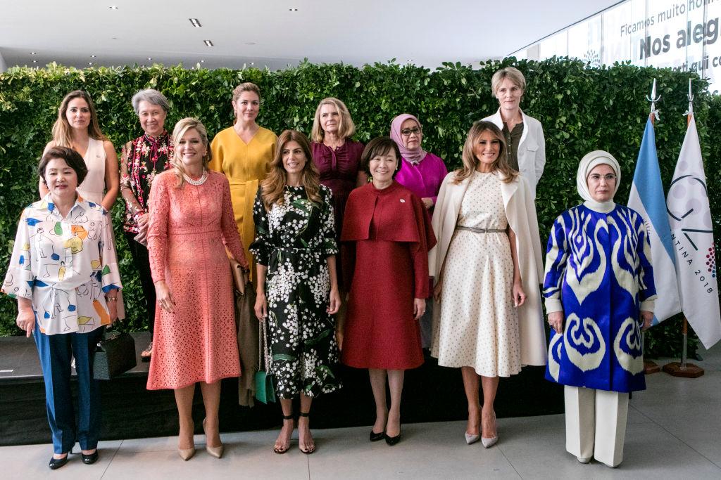 """Мелания Тръмп и съпругата на аржентинския президент Хулиана Авада позираха за снимка в градините на музея """"Виля Окампо"""". Заедно с тях бяха и Емине Ердоган, Софи Грегоар-Трюдо, Бриджит Макрон, Акие Абе, първата дама на Южна Корея Ким Ким Джун Сук и съпругата на китайския президент Пън Лиюен, както и Максима Нидерландска."""