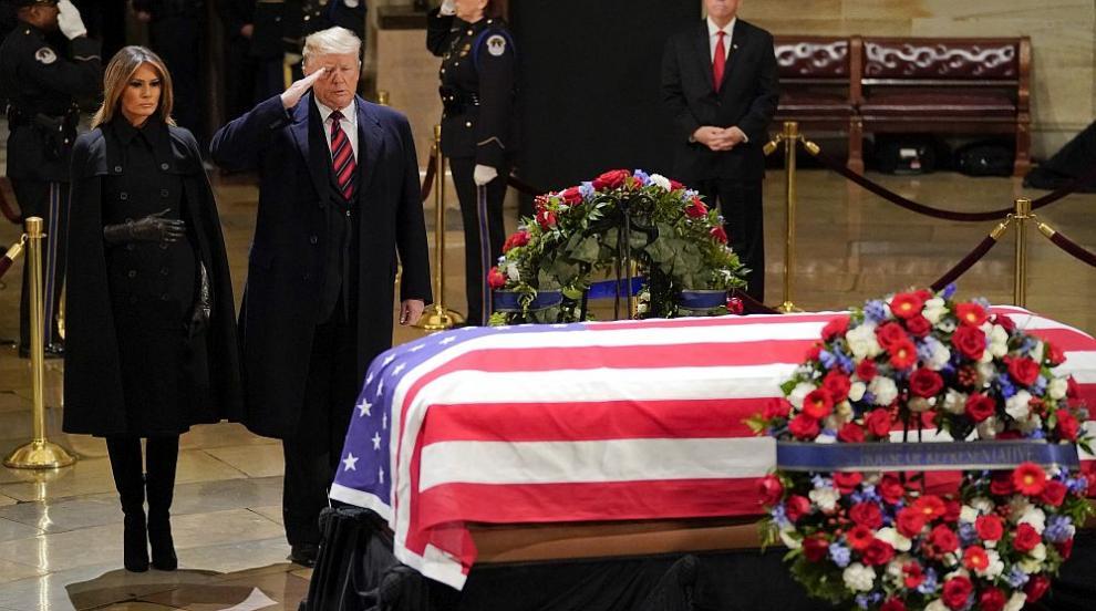 Тръмп и Мелания отдадоха почит на покойния Джордж Буш-старши (СНИМКИ)