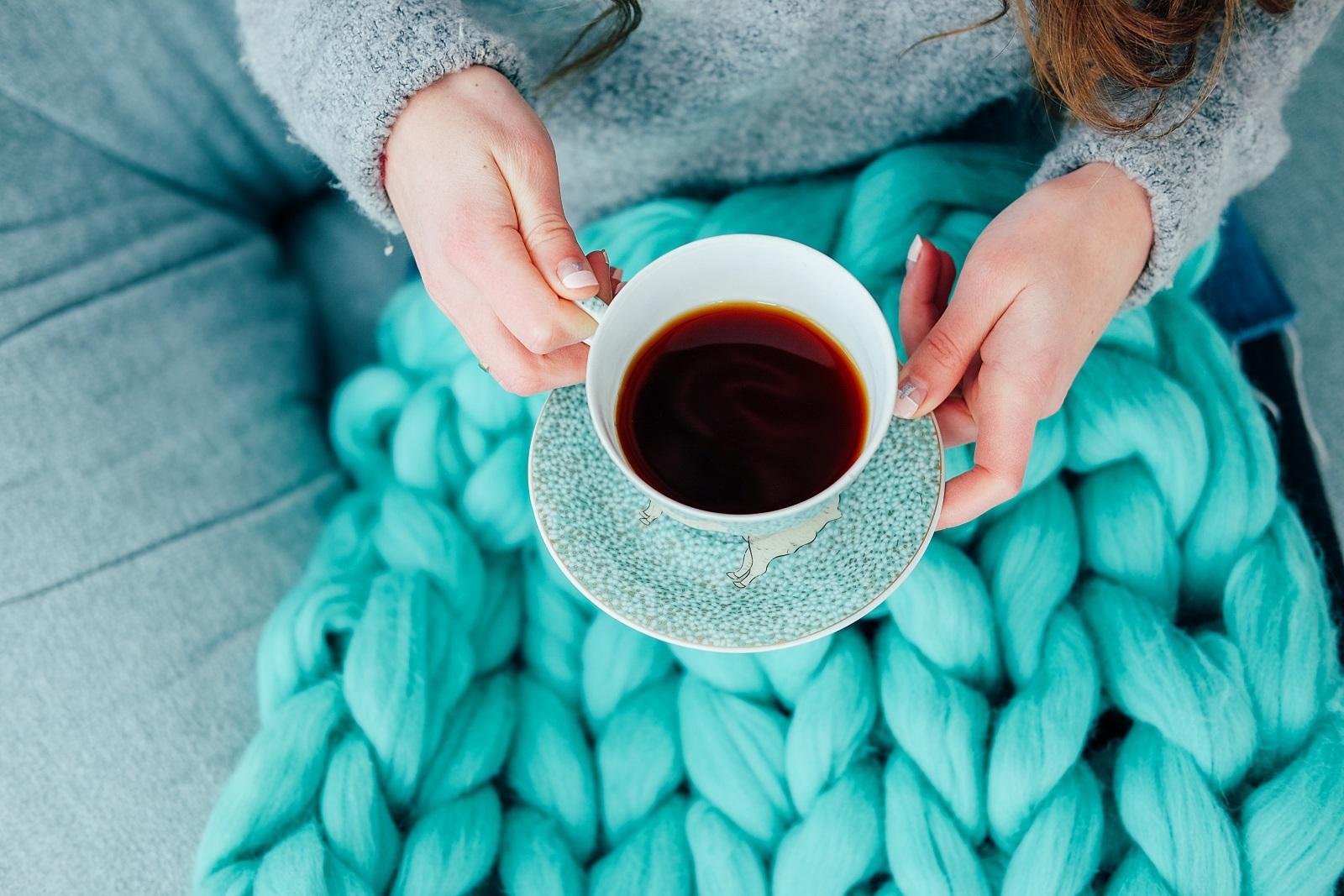 Черен чай вместо кафе<br /> Черният чай е богат на антиоксиданти и хидратира тялото, за разлика от кафето, което го дехидратира. Енергийният тласък, който ще получите от кафето, може да се ви се стори по-силен в началото, но бързо ще отмине. Докато черният чай ще ви разсъни и ободри по-бавно, но за сметка на това за целия ден.
