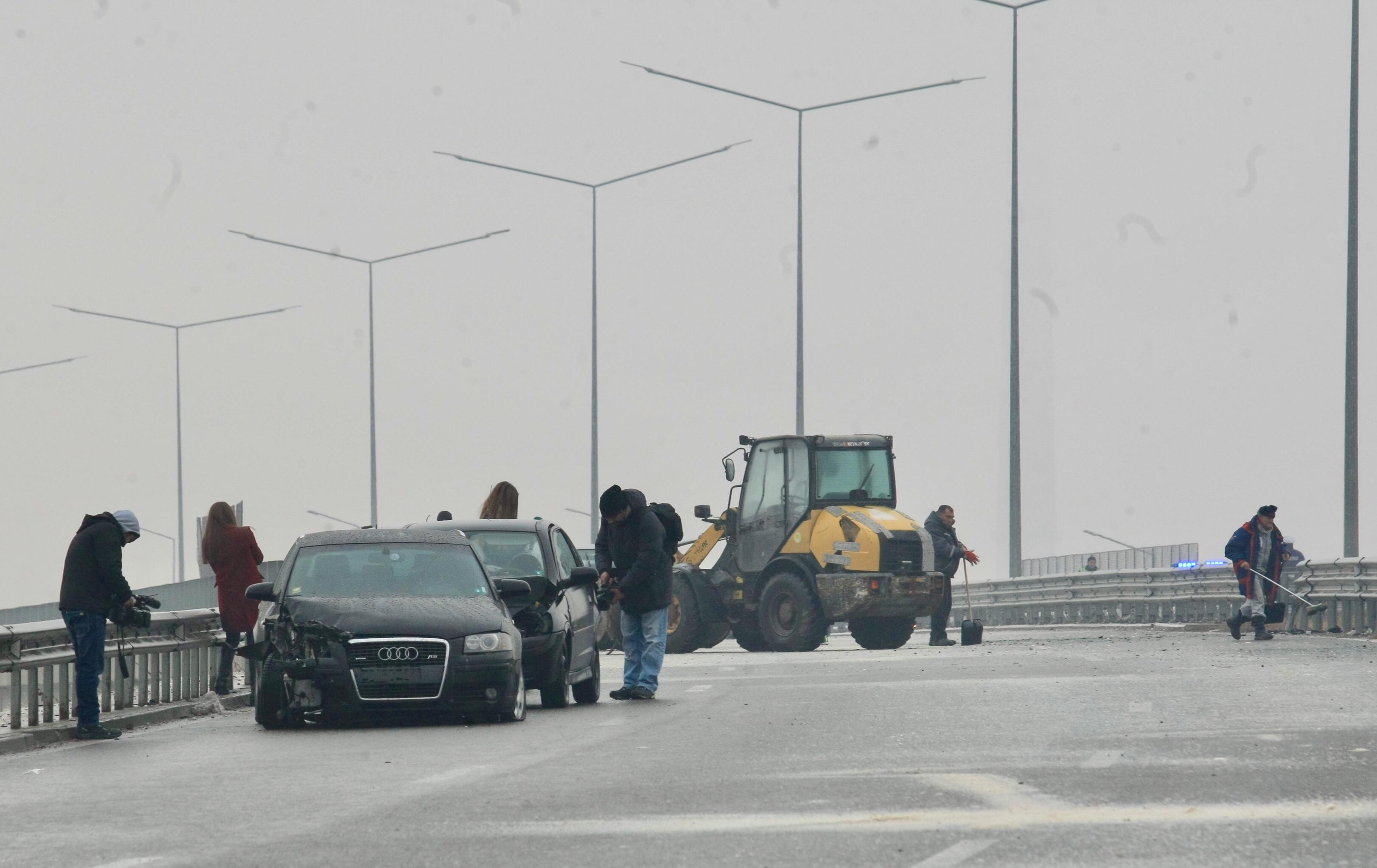 """21 автомобила се ударили на Околовръстния път, над пътния възел с бул. """"Ломско шосе"""""""