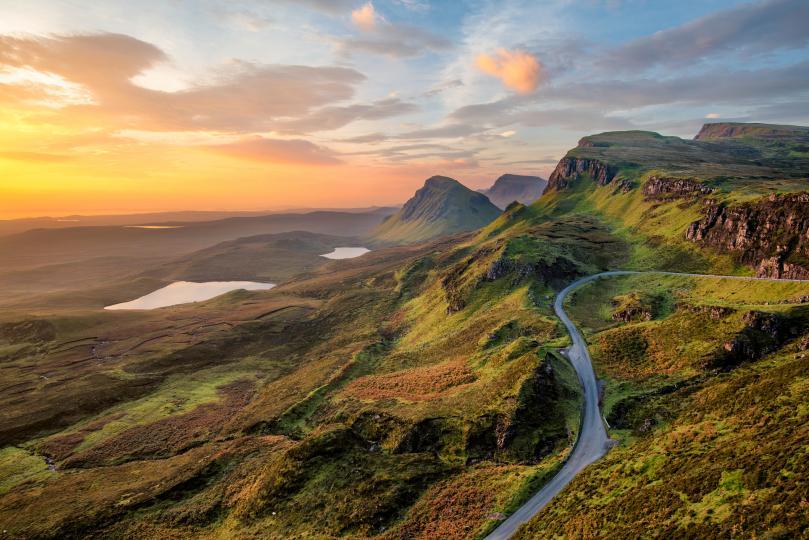 <p><strong>Шотландия</strong></p>  <p>Всеизвестен факт е, че кралското семейство обича Шотландия. Тамошните им замъци предлагат уединение и почивка сред красив пейзаж, без да са особено далеч от Лондон. Обичайните им забавления там са езда, риболов, стрелба, разходки сред природата и тихи домашни игри край камината.</p>  <p>Всяка година цялото семейство има най-малко една лятна почивка в някой от замъците в Шотландия, най-често в Балморал. Това е и едно от кралските места за почивка, достъпно само за членовете на кралската фамилия.</p>