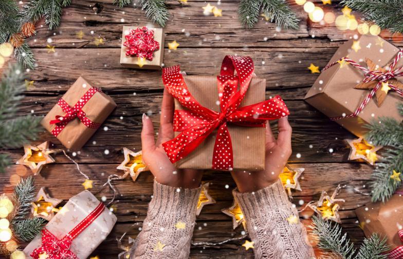 Близнаци<br /> Близнаците обичат изненади, затова избегнете конвенционалните подаръци и в никакъв случай не разкривайте предварително какво му готвите. Водете се от вкуса му и вместо един голям подарък, съберете в кутия няколко по-малки - това ще му хареса. Например - хубава книга, писалка, ключодържател, селекция чайове.