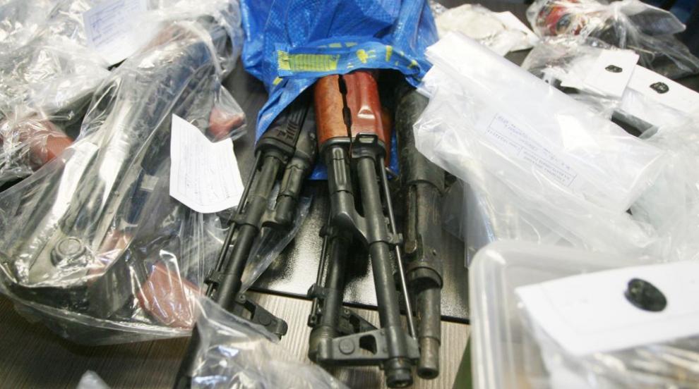 Проверяват къде са произведени намерените оръжия в Казанлък
