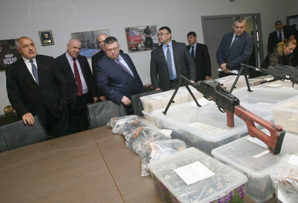 Рекорден брой оръжия и боеприпаси бяха открити в гараж в София при акция на ГДБОП и Специализираната прокуратура.