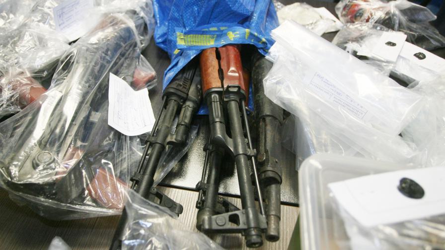 <p>Двама от задържаните за незаконното оръжие остават в ареста</p>