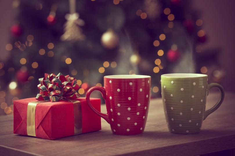 <p>Чаши за кафе &ndash; никога не са достатъчно в една къща. Омръзват, чупят се, превръщат се в моливници или чаши за четките за зъби.</p>  <p>Можете да избирате между такива с коледна украса, ще се ползват само в празничния месец декември, или пък такива със забавен надпис. Чашите за кафе винаги напомнят за човека, който ги е подарил.&nbsp;</p>