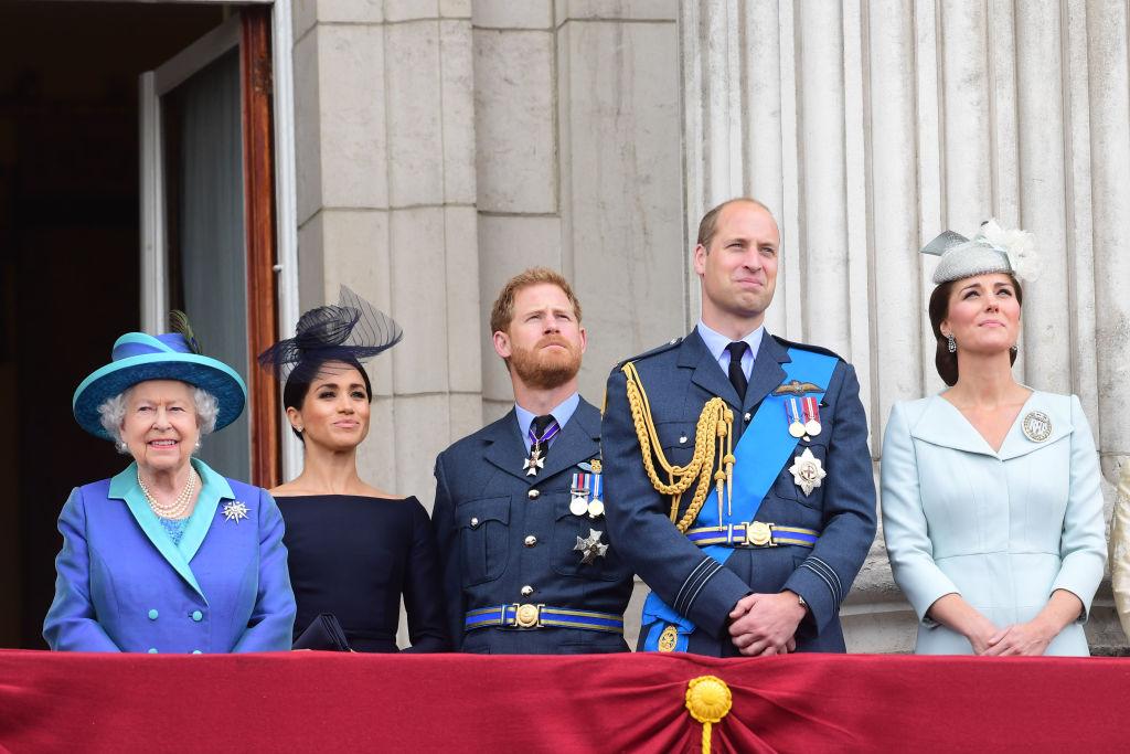 Вече започна обратното броене до един от най-светлите празници – Коледа. Обикновено това е време, когато си задаваме много въпроси – как да празнуваме, какво да приготвим за празничната вечеря, как да бъдем сигурни, че няма да е скучно. Ето 10 традиции, които спазва британското кралско семейство. Тези обичаи в голяма степен гарантират, че празникът ще протече по най-добрия възможен начин.