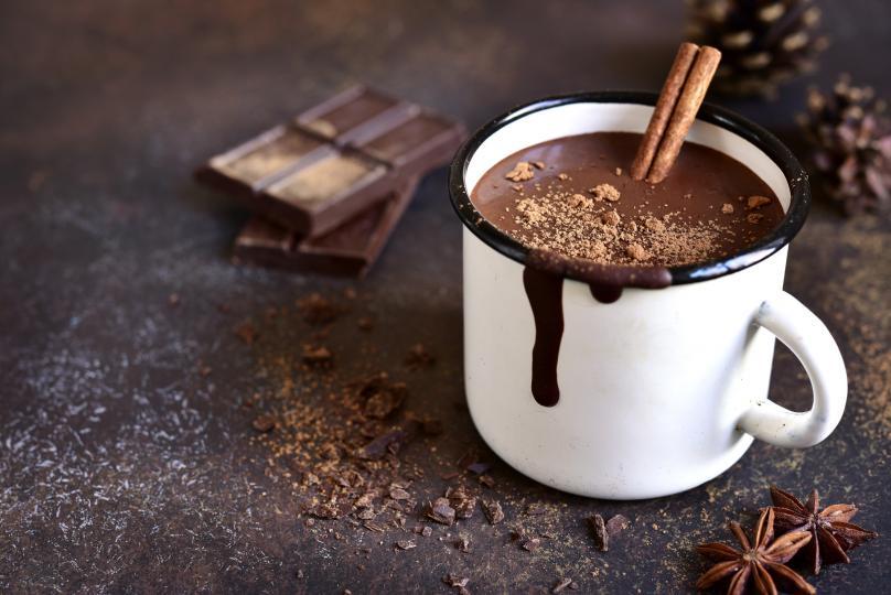 <p><strong>Най-вкусният домашен топъл шоколад</strong><br /> &nbsp;<br /> Кой не обича шоколад?! Има напитки, към които се пристрастявате. Опасяваме се, че това ще е една от тях. Ще са ви необходими:<br /> &nbsp;<br /> черен шоколад - 100 г<br /> шоколад - 250 г млечен<br /> прясно мляко - 700 мл<br /> сол - 1 щипка<br /> &nbsp;<br /> Шоколадите се натрошават на парченца. Загрява се 1/3 от млякото и към него се добавят двата вида шоколад и щипката сол. След като се разтопи шоколадът, се изсипва останалото мляко. Загрява се, като се разбива непрекъснато с телена бъркалка. Може да го сервирате отгоре със сметана и какао или захарни пръчици.</p>