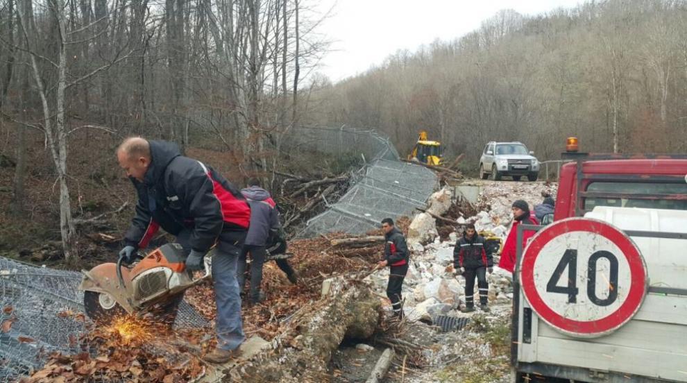 Възстановяват падналата ограда по границата ни с Турция (СНИМКИ)