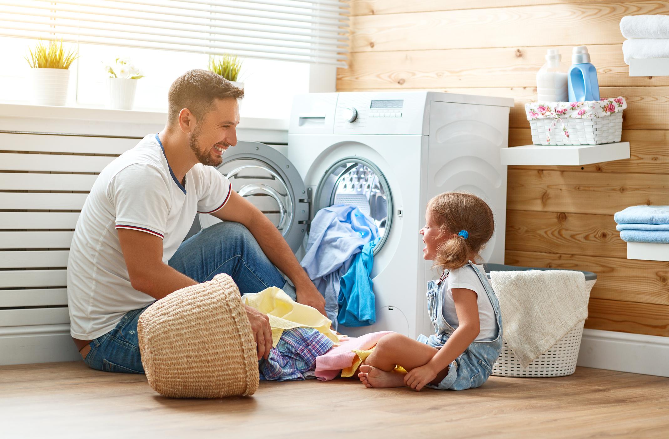 Използвайте вода за уста за почистване на пералнята, съветват от Edna.bg.Пералните машини трябва редовно да се дезинфекцират, за да продължат да функционират на нивото, което се очаква. Има специални перилни препарати, които можете да закупите, но можете да използвате и обикновена вода за уста - просто добавете половин чаша в отделението, където обикновено поставяте перилния препарат в пералнята и пуснете пералнята без дрехи вътре. Всички бактерии и микроби ще бъдат унищожени.