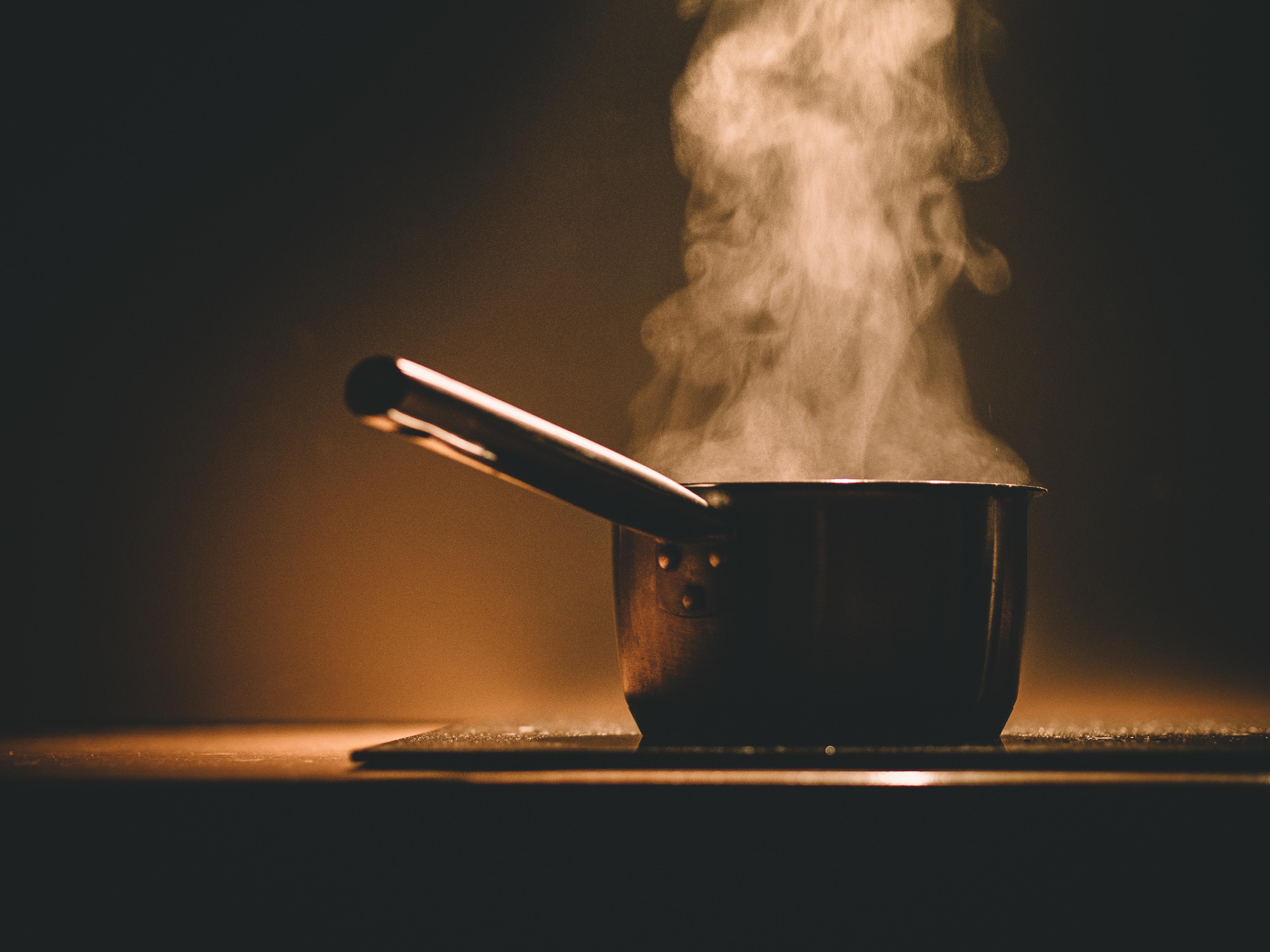Тенджерата под налягане е приятел в готвенетона бобовите храни<br /> За да сготвите бобова храна с тенджера под налягане са нужни само 40 минути готвене без наблюдение(вместо 3 часа плюс киснене цяла нощ). За да получите перфектно меки, кремообразниотвътре, безупречно подправени зрънца нахут (или каквото и да е бобово растение).