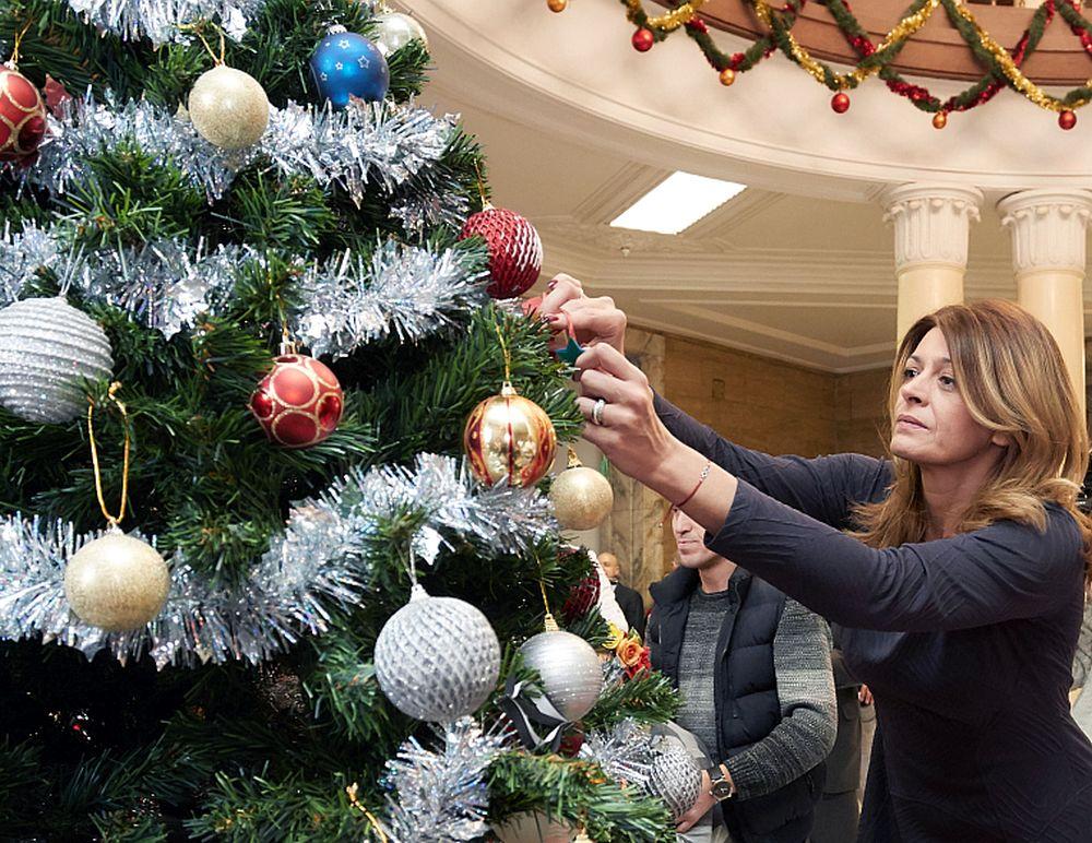 """Румен Радев заедно със съпругата му Десислава Радева и деца, подпомогнати от благотворителната инициатива """"Българската Коледа"""", украсиха заедно коледната елха в президентството."""