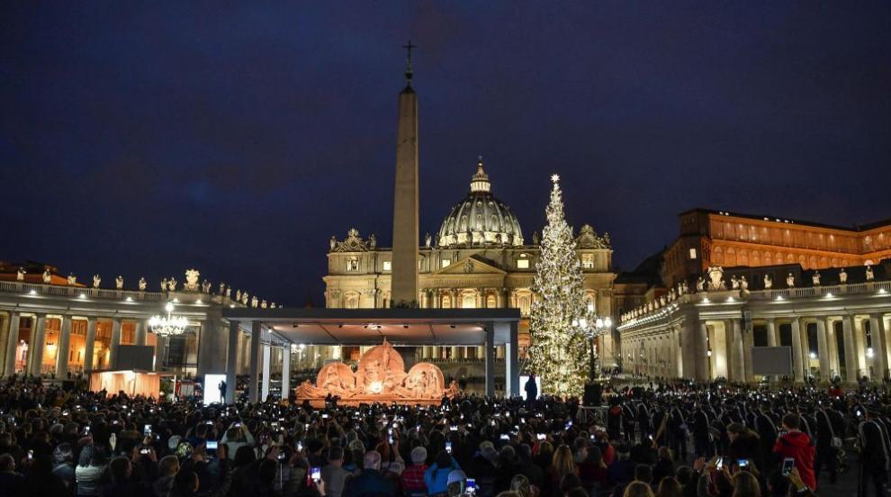 Запалиха светлините на коледната елха във Ватикана