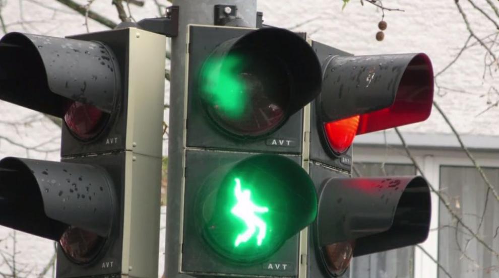 Светофари на Елвис - моментът да пресечеш е сега или никога (ВИДЕО)