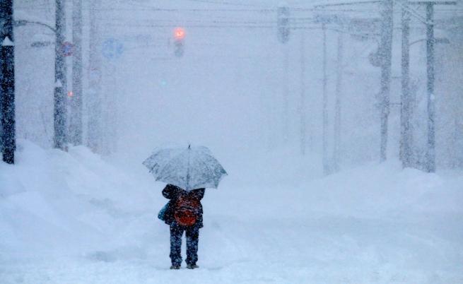 Стотици хиляди без ток и отменени полети заради снежна буря в САЩ