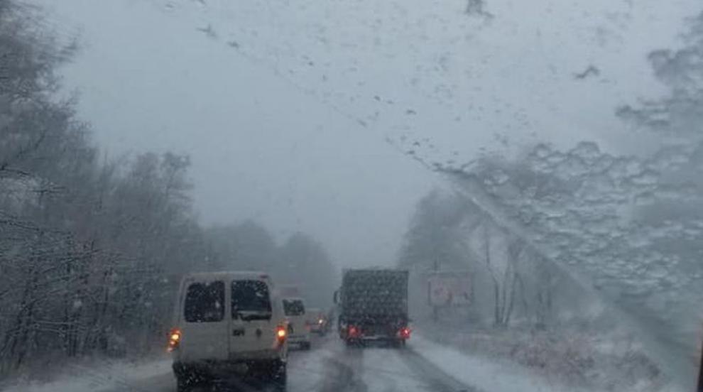 Обилен снеговалеж усложни пътната обстановка през прохода Предела