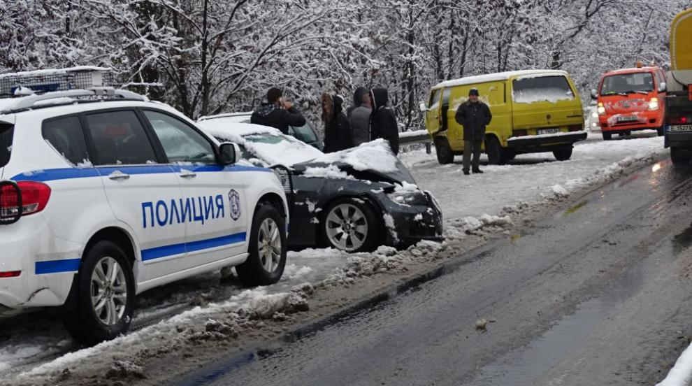 Верижна катастрофа на изхода на Благоевград, има пострадал (СНИМКИ)