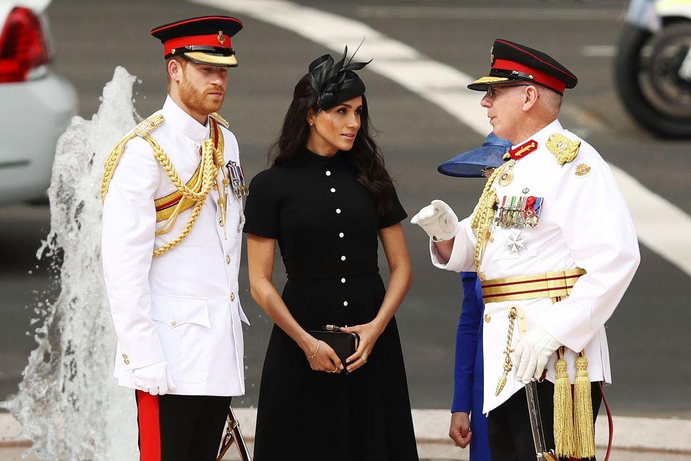 Съпругата на принц Хари умее да съчетава тоалетите с изчистени и семпли шапки