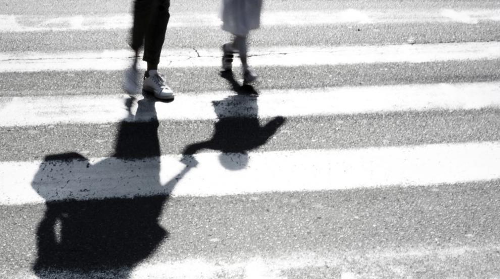 Блъснаха жена на пешехона пътека, шофьорът избяга