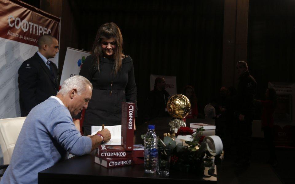 Стоичков показва Златната топка и своята биография в още шест града