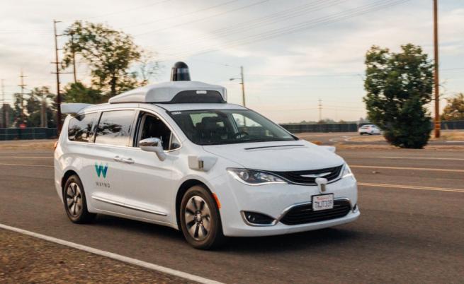 Хората в Аризона нападат автономните коли на Waymo