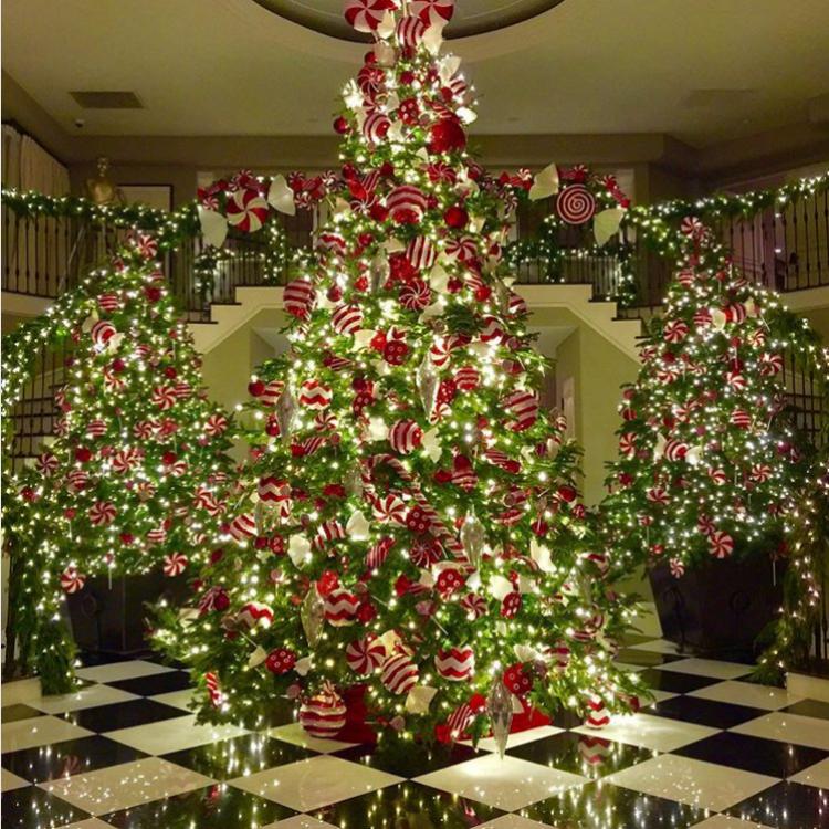 """Коледна украса в дома на майката на Ким Кардашиян - Крис Дженър като всяка година се изявява и като """"майката на Коледа"""" (2015)"""