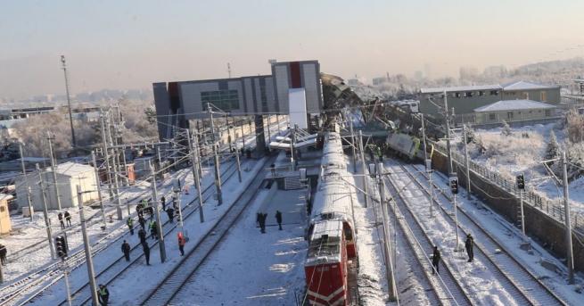 Броят на жертвите на влаковата катастрофа в Турция продължава да