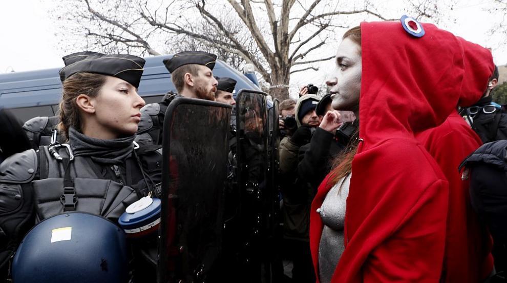 Голи активистки събраха вниманието на протестите в Париж (СНИМКИ/ВИДЕО)