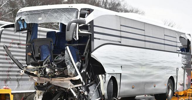 Един човек загина, а 44 бяха ранени, когато автобус се