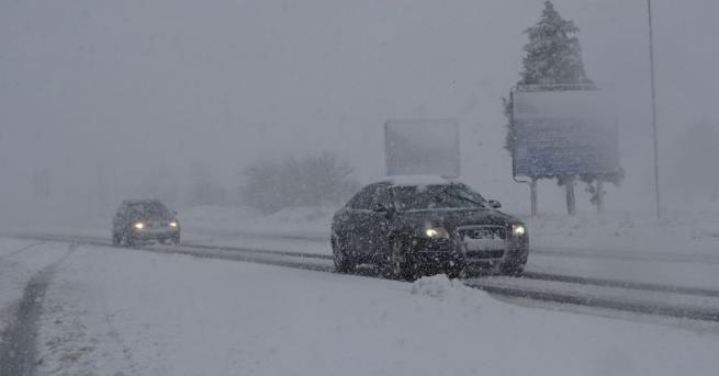 Усложнена е пътната обстановка в Западна България. В 11 области