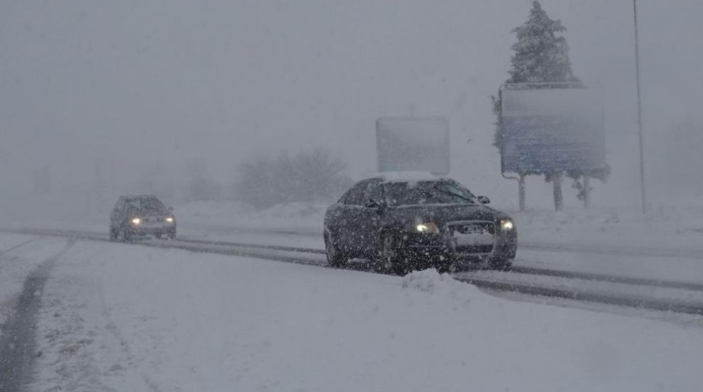 Обилен снеговалеж затруднява движението по пътищата в Западна България