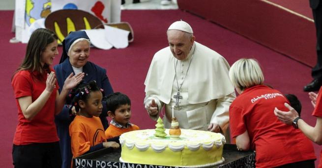Папа Франциск получи днес като подарък голяма торта за утрешния