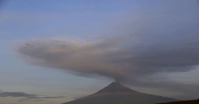 Зрелищни изригвания на мексиканския вулкан Попокатепетъл през уикенда, съобщава Ройтерс.