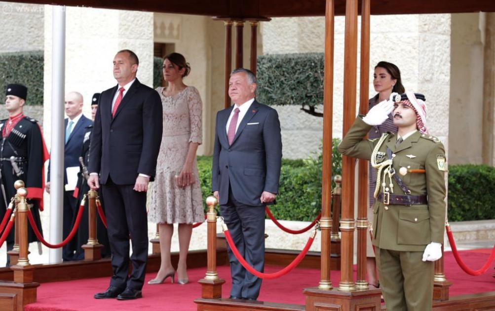 В кралския дворец в столицата Аман президентската двойка беше посрещната с официална церемония от техни величества крал Абдула II бин ал-Хусейн и кралица Рания ал-Абдула. Впечатление направиха първите дами. И двете бяха избрали тоалети в бежовата гама. На официалната церемония Десислава Радева се появи с елегантна, дантелена рокля с дължина под коляното. Тоалетът ѝ е дело на дизайнерката Невена Николова. Много често първата дама се доверява именно на нея за външния си вид на важни събития.